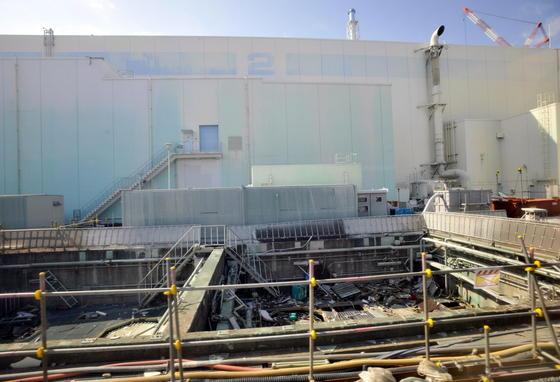 Fukushima Reaktor 2: Im zerstörtenjapanischen Katastrophenreaktor Fukushima gibt es erneut Probleme. Laut Betreiber Tepcogelangt verseuchtes Wasser ins Grundwasser. Am 8. Juli wurden im Grundwasser 18 000 Bequerel Cäsium-137pro Liter (Bq/L) gemessen. Der definierte Grenzwert liegt bei 90 Bq/L. Cäsium-137 hat eine Halbwertzeit von 30 Jahren.