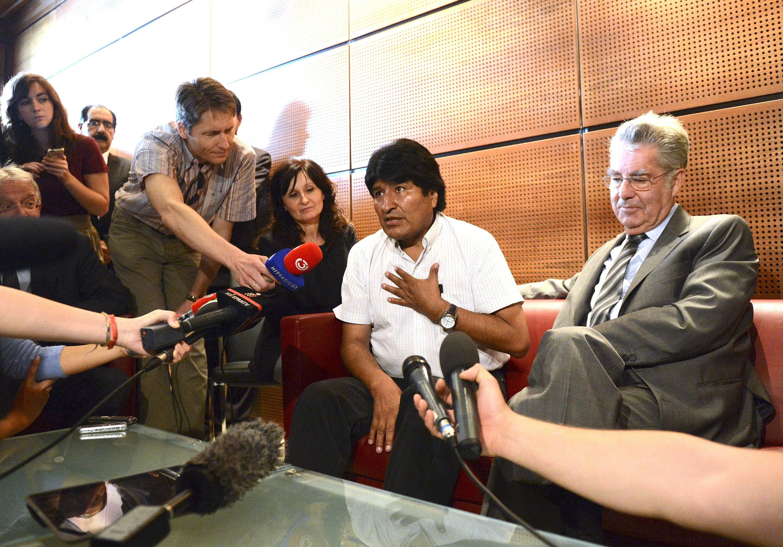 Boliviens Präsident Evo Morales zusammen mit Österreichs Präsident Heinz Fischer auf dem Flughafen Wien. Mrales musste in Wien zwischenlanden, weil Länder wie Spanien und Frankreich ihren Luftraum gesperrt hatten, weil sie den von den USA gesuchten IT-Spezialisten Snowden in der Präsidentenmaschine vermuteten.