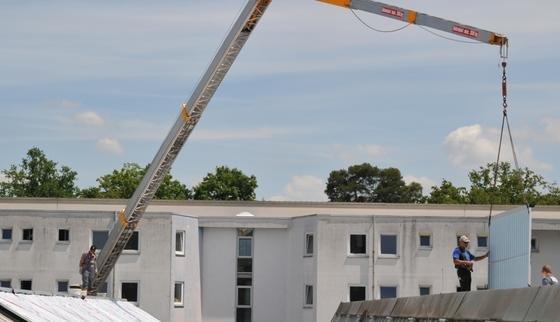 An der Hochschule Karlsruhe entsteht derzeit die weltweit erste Kältemaschine, die ihre Energie aus den Wärmestrahlen der Sonne bezieht. Auf einem Gebäude der Hochschule werden Vakuumkollektoren installiert, durch die Wasser fließt.