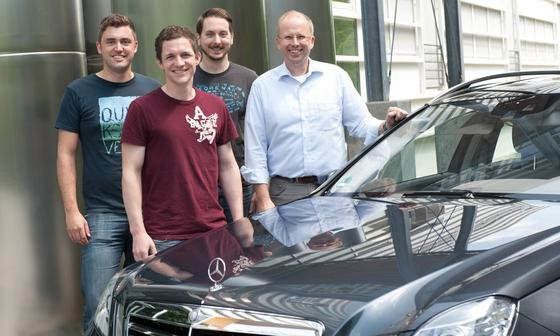 Ingenieure um Professor Klaus Dietmayer (re.) haben eine ganz normale Mercedes-Limousine zu einem hochautomatisierten Fahrzeug umgebaut: Das Auto kann seine Geschwindigkeit führerlos regulieren, hält selbstständig die Spur und manövriert vielleicht schon bald in Parklücken.