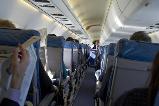 In vielen Flugzeugen fehlen Ozon-Konverter. Dadurch gelangt dieextrem aggressive Variante des Sauerstoffs in die Atemluft des Bordpersonals und der Passagiere.Ozon ruft nicht nur vorübergehendes Unwohlsein hervor. Es steht auch im Verdacht, Gene zu zerstören und Krebs zu erregen.