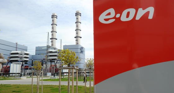 Auch E.ON will Kraftwerke vom Netz nehmen. Das Gaskraftwerk Irsching, die größte Gasturbine der Welt, bleibt aber trotz seiner Unwirtschaftlichkeit vorerst am Netz. E.ON, die Bundesnetzagentur und der Netzbetreiber Tennet einigten sich auf die Bedingungen für einen Weiterbetrieb.