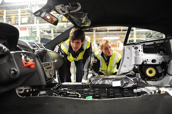 Die britische Autoindustrie liegt in Europa schon auf dem dritten Platz und will sogar Frankreich überholen. Jetzt will die britische Regierung ein Entwicklungszentrum finanzieren, das sich auf neue Antriebe konzentriert. Im Bild die Cricket-Stars Stuart Broad und Steven Finn beim Besuch des Jaguar-Werkes inCastle Bromwich.