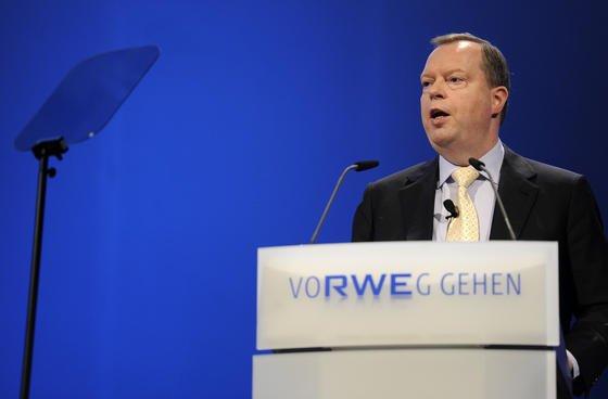 Der RWE-Vorstandsvorsitzende Peter Terium kündigt Stellenstreichungen und Gehaltskürzungen an.