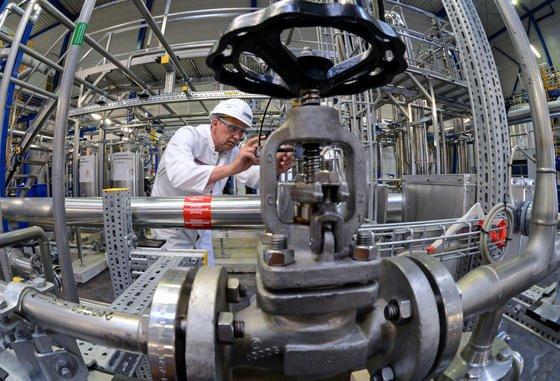 Pilotanlage in Leuna: Auf der Basis organischer Rohstoffe werden Alternativen zur Petrochemie geschaffen.