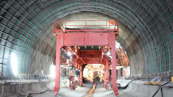 Die geothermische Nutzung der Erdreichwärme in Tunneln soll mit dieser beim Neubau des Stadtbahntunnels Stuttgart-Fasanenhof installierten Testanlage untersucht werden.
