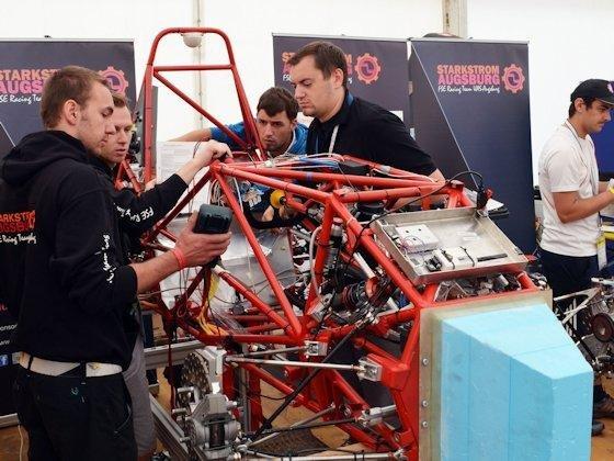 Zeigt her eure Flitzer: Viele Veränderungen an den Fahrzeugen lassen sich nur ohne die Verkleidungskomponenten entdecken. Auch der Augsburger Elektrowagen von letztem Jahr wird nicht mehr derselbe sein, wenn Ende Juli die Formula Student Germany startet.