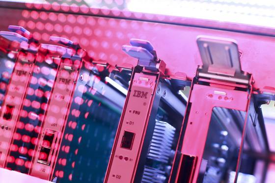 IBM will künftig bei Serversystemen die Warmwasserkühlung einführen, um Abwärme nutzen zu können.