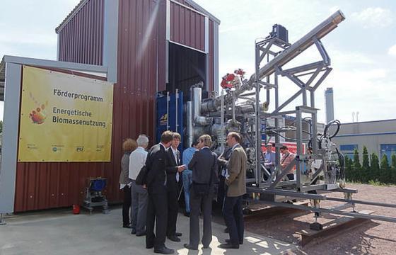 Diplom-Ingenieur Andreas Clemens (Mitte), erklärt die neue HTC-Demonstrationsanlage, die aus Bioabfällen hochwertige Brennstoffe herstellt. Clemens istwissenschaftlicher Mitarbeiter des Deutschen Biomasseforschungszentrums DBFZ.