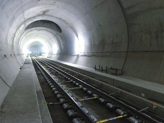 Die im Bau befindliche Nothaltestelle Gotthard-Basistunnel in Sedrun ist mit einer Abluftöffnung im Firstbereich zur Entnahme von warmer und feuchter Luft ausgestattet.