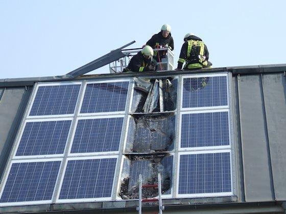 Versicherungsfall: Wenn bei einem Brand das Solardach zerstört wird, übernimmt die Wohngebäudeversicherung nicht in jedem Fall den Schaden. Eine Solar- und Photovoltaikversicherung bietet besseren Schutz.