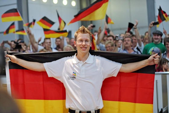 """Der deutsche Fliesenleger Björn Bohmfalk wird von Zuschauern bei den """"World Skills Leipzig 2013"""" auf dem Messegelände in Leipzig (Sachsen) gefeiert. Mehr als 1000 Teilnehmer aus 53 Ländern suchten bei den viertägigen Wettkämpfen in 46 Berufen ihre Weltmeister."""