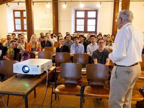 Bloß nicht der Streber sein: Wie in der Schule blieben auch in Lindau die vordersten Reihen leer. Der Nobelpreisträger Richard Ernst erwartete jedoch keine ehrfürchtige Bewunderung seiner Arbeit. Er sprach vom Leben außerhalb des Labors und seiner Liebe zur tibetischen Malerei.