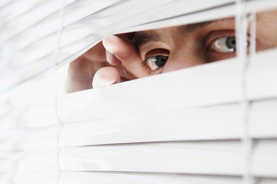 Wer Missstände in einem Unternehmen aufdecken will, muss zunächst intern versuchen, die Probleme anzusprechen. Dazu haben viele Unternehmen anonyme Hotlines eingerichtet.