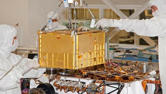Das SAM-Instrument (Sample Analysis at Mars) wird für seinen Einsatz im Mars-Rover Curiosity vorbereitet. Es besteht aus einem Massenspektrometer und einem Gas-Chromatografen. Wie in einem kleinen Chemielabor können damit Boden- und Luftproben auf ihre Bestandteile untersucht werden.