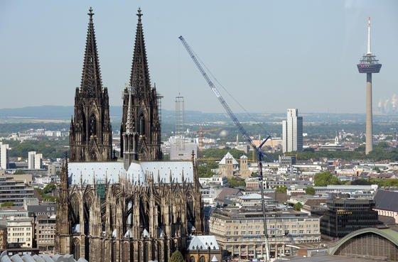 Um ein riesiges Baugerüst vom Kölner Dom abheben zu können, musste der Ausleger des Liebherr-Mobilkranes auf 160 Meter verlängert werden.