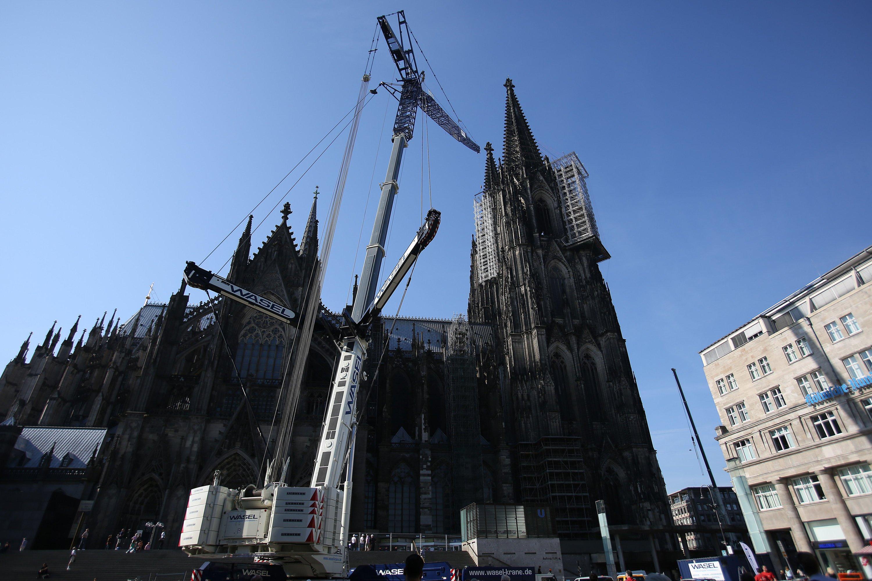 Imposanter Blick: Der Liebherr-Kran vor dem Kölner Dom.