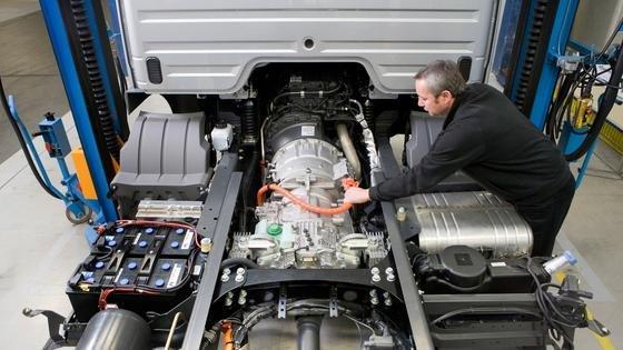 Hybrid-Antrieb im Merzedes-Benz Atego BlueTec Hybrid 12t: Zu sehen sind Umrichter, Batterie, Kühlaggregat mit Wasserpumpe, das HV-Hochspannungskabels (400 Volt) für den E-Motor sowie der Ausgleichsbehälter. Vor allem im Langstreckenverkehr sind Lkw mit alternativen Antrieben kaum im Einsatz. DLR-Forscher sehen aber Marktchancen im Nahbereich von 200 Kilometern.