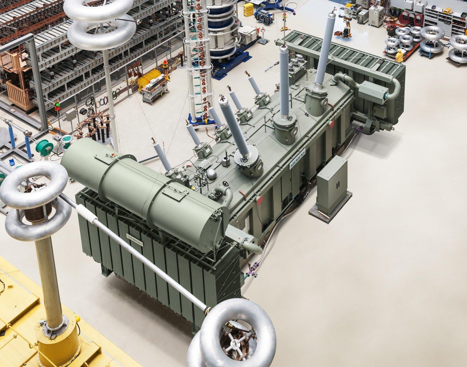 Normalerweise werden Transformatoren mit Mineral- oder Silikonölen gekühlt und isoliert. Pflanzenöle sind im Vergleich umweltfreundlicher und schwerer brennbar. Bisher hat Siemens die Pflanzenöl-Isolierung in Leistungstransformatoren mit bis zu 123 Kilovolt (kV) Spannung eingesetzt. Der neue Transformator ist für 420 kV ausgelegt.
