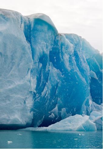Abbruchkante eines Gletschers: Die Berechnungen der Forscher beziehen sich auf die Packeisschmelze, bei der Methan freigesetzt wird.