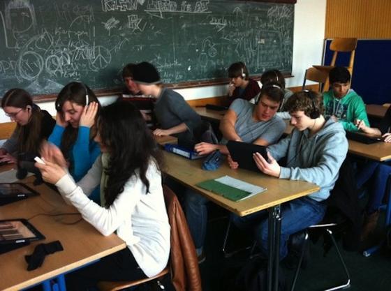 Auch in Deutschland gibt es erste Schulen wie die Kölner Kaiserin Augusta Schule, die iPad im Unterricht einsetzen. Jetzt erhalten alle 640 000 Schüler in Los Angeles kostenlos ein iPad gestellt. Das Gerät soll interaktiven Unterricht erlauben und gleichzeitig Schulbücher ersetzen.