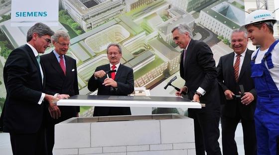Noch am 15. Juli vereint: Siemens-Vorstandschef Peter Löscher (3.v.r.) legte gemeinsam mit Finanzvorstand Joe Kaeser (l.) den Grundstein für die neue Siemens-Konzernzentrale in München.