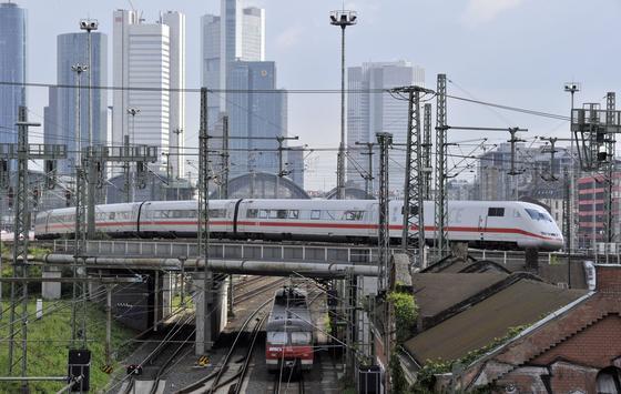 Stromabnehmer bei Hochgeschwindigkeitszügen wie dem ICE können große Schäden an der Oberleitung verursachen, wenn der Kontakt abreißt. Forscher in Wien haben jetzt einen neuen Teststand in Betrieb genommen, um neue Techniken für Stromabnehmer zu entwickeln.