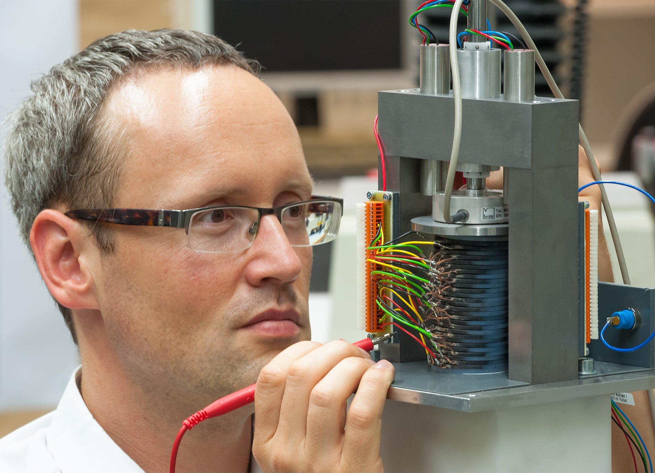 Umweltfreundlicher Strom aus Wellenkraft: EPoSiL-Projektleiter Dr. Istvan Denes prüft den an der TU Darmstadt entwickelten Demonstrator.
