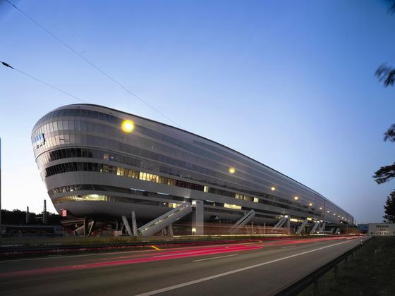 """Der Bau des Geschäfts- und Bürogebäudes """"The Squaire"""" am Frankfurter Flughafen brachte den Immobilienkonzern IVG in finanzielle Schieflage"""