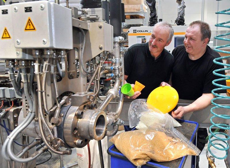 In einer Versuchshalle der TU Chemnitz wurde die Produktion des Spielzeugs aus Biokunststoff erprobt. Klaus Schubert (l.) und Torsten Mitschke, Technische Mitarbeiter an der Professur Strukturleichtbau und Kunststoffverarbeitung, überwachen den Herstellungsprozess.