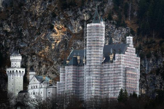 Als hätte Christo mal kurz vorbeigeschaut. Das war für 13 lange Jahre der triste Anblick des Märchenschlosses Neuschwanstein.
