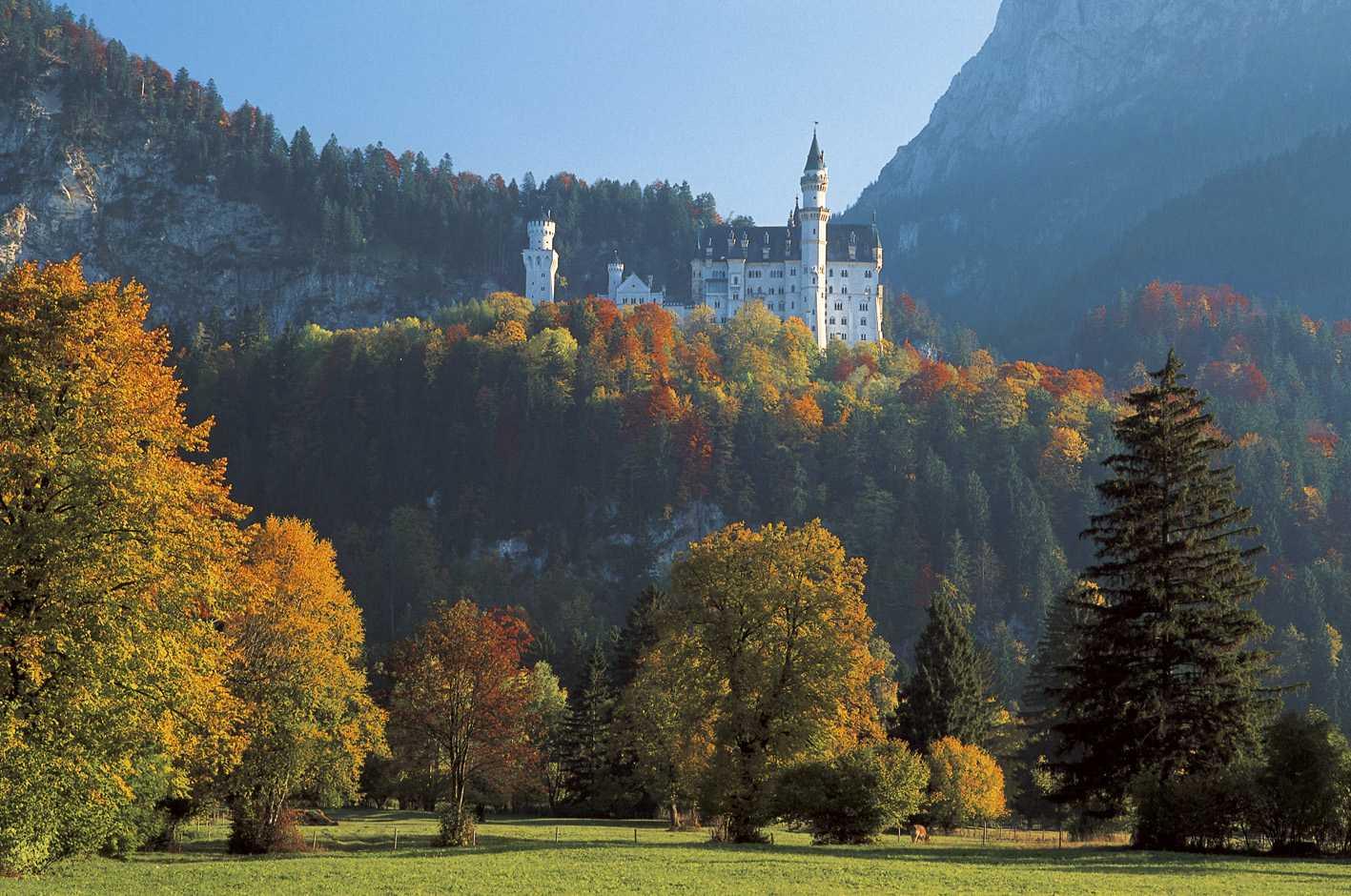 Viele Jahre lang war Schloss Neuschwanstein immer wieder eingerüstet. Nach 13 Jahren sind die umfangreichen Sanierungsarbeiten vor allem der Fassade abgeschlossen.