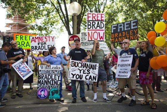 Auch in den USA demonstrieren viele Bürger für die Freilassung von Bradley Manning. Er hat grausame Übergriffe der US-Armee im Irak aufgedeckt und gilt für viele deshalb als Held.