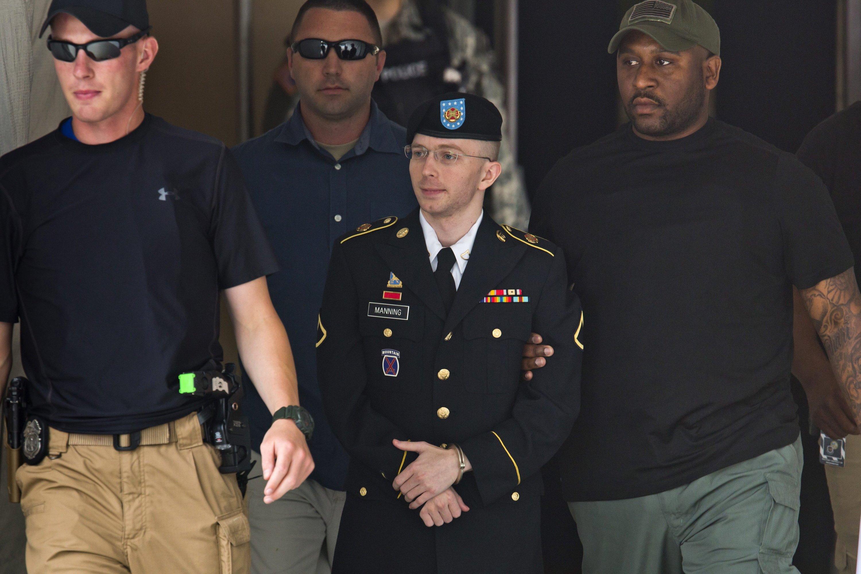 Bradley Manning verlässt in Handschellen und schwer bewacht am 30. Juli das Militärgericht in Fort Meade (Maryland). Ihm drohen bis zu 136 Jahre Haft, weil er geheime Dokumente aus dem Irakkrieg an Wikileaks weitergeleitet hat.