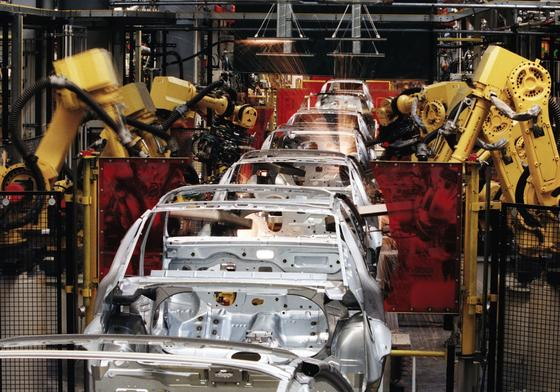 Karosserie-Fertigung im Opel-Werk in Rüsselsheim: Dresdner Forscher haben nun eine neue Technik entwickelt, um Karosserien aus dünneren Blechen mit gleicher Stabilität zu bauen. Das Gesichtsersparnis soll bei 20 Prozent liegen.