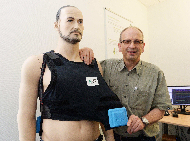 Prof. Wilhelm Stork hat die Klimajacke am Karlsruher Institut für Technologie (KIT) entwickelt.