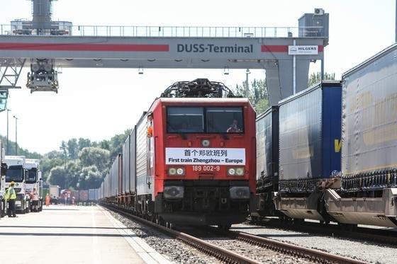 Der erste Güterzug aus der chinesischen Millionenmetropole Zhengzhou kommt nach 15 Tagen in Hamburg an: Künftig soll es wöchentlich eine direkte Güterverkehrsverbindung zwischen beiden Städten geben.