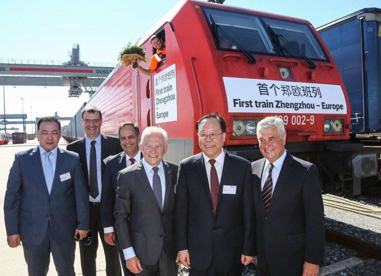 Bahnchef Grube, Zhengzhous Bürgermeister Ma Yi und Hamburgs Wirtschaftssenator Frank Horch(v.l.) nahmen den ersten Güterzug vonZhengzhou nach Hamburg am Verladeterminal in Billwerder in Empfang.