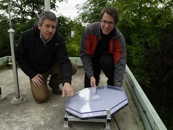 Prof. Martin Löffler-Mang (l.) und Dr. Michael Kunz bei der Installation eines Hagelsensors auf dem Dach einer Messstation in Wiesloch.