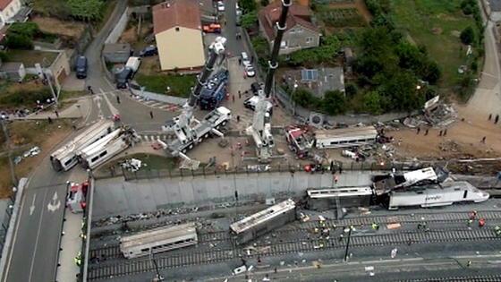 Der Unglückszug von Santiago de Compostela war mehr als doppelt so schnell unterwegs wie erlaubt. Sicherungssysteme, die den Zug auf die erlaubten 80 km/h abbremsen, gab es nicht. In Deutschland investierte die Bahn nach ähnlichen Katastrophen erheblich in die Sicherheit.