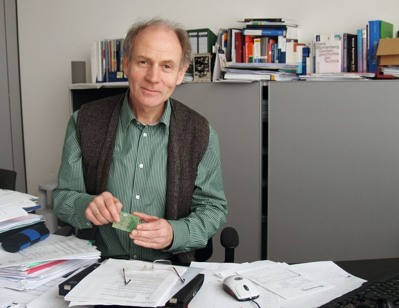 Prof. Frank Bier, Direktor des Potsdamer Ablegers des Fraunhofer-Instituts für Biomedizinische Technik (IBMT), ist treffsicheren Schnelltests für Viren und Bakterien auf der Spur.