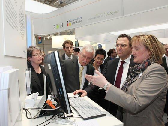 Prof. Ina Schieferdecker vom Berliner Fraunhofer-Institut Fokus undBundesinnenminister Hans-Peter Friedrich servten im März 2013 auf der Cebit im Datenportal Govdata.
