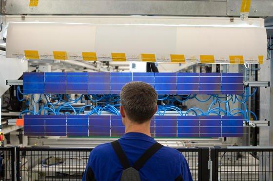 Die EU und China haben sich auf Mindestpreise für importierte Solarmodule geeinigt. Dennoch hat es die heimische Fertigung wie hier bei Solarworld in Freiberg in Sachsen schwer: Importiere Solarmodule haben bereits einen Marktanteil von 80 Prozent.