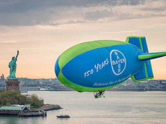 <p>Einmal um die ganze Welt ... Als ein weiteres Jubiläums-Highlight fährt 2013 ein Luftschiff mit dem Bayer-Kreuz über allen Kontinenten.