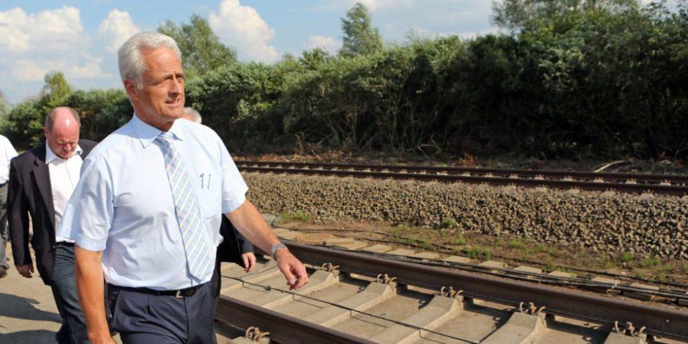 Eisenbahn-TÜV: Bundesverkehrsminister Peter Ramsauer (CSU, vorn) und der Präsident des Eisenbahn-Bundesamtes (EBA) Gerald Hörster (nicht im Bild) haben sich mit den Spitzen der Bahnen und der Bahnindustrie darauf verständigt,große Bereiche der Prüftätigkeiten vom Eisenbahn-Bundesamt auf externe Sachverständige zu übertragen.