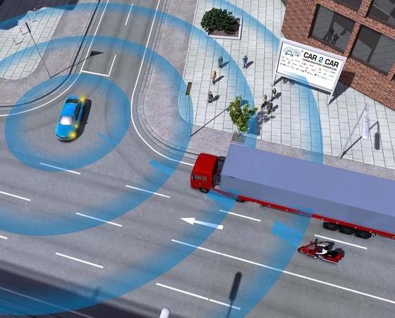 Höhere Verkehrssicherheit: Der Motorradfahrer bekommt über ein Display die Information, dass von rechts ein Autofahrer abbiegen will. Auch umgekehrt ist der Autofahrer über den verdeckten Motorradfahrer informiert.