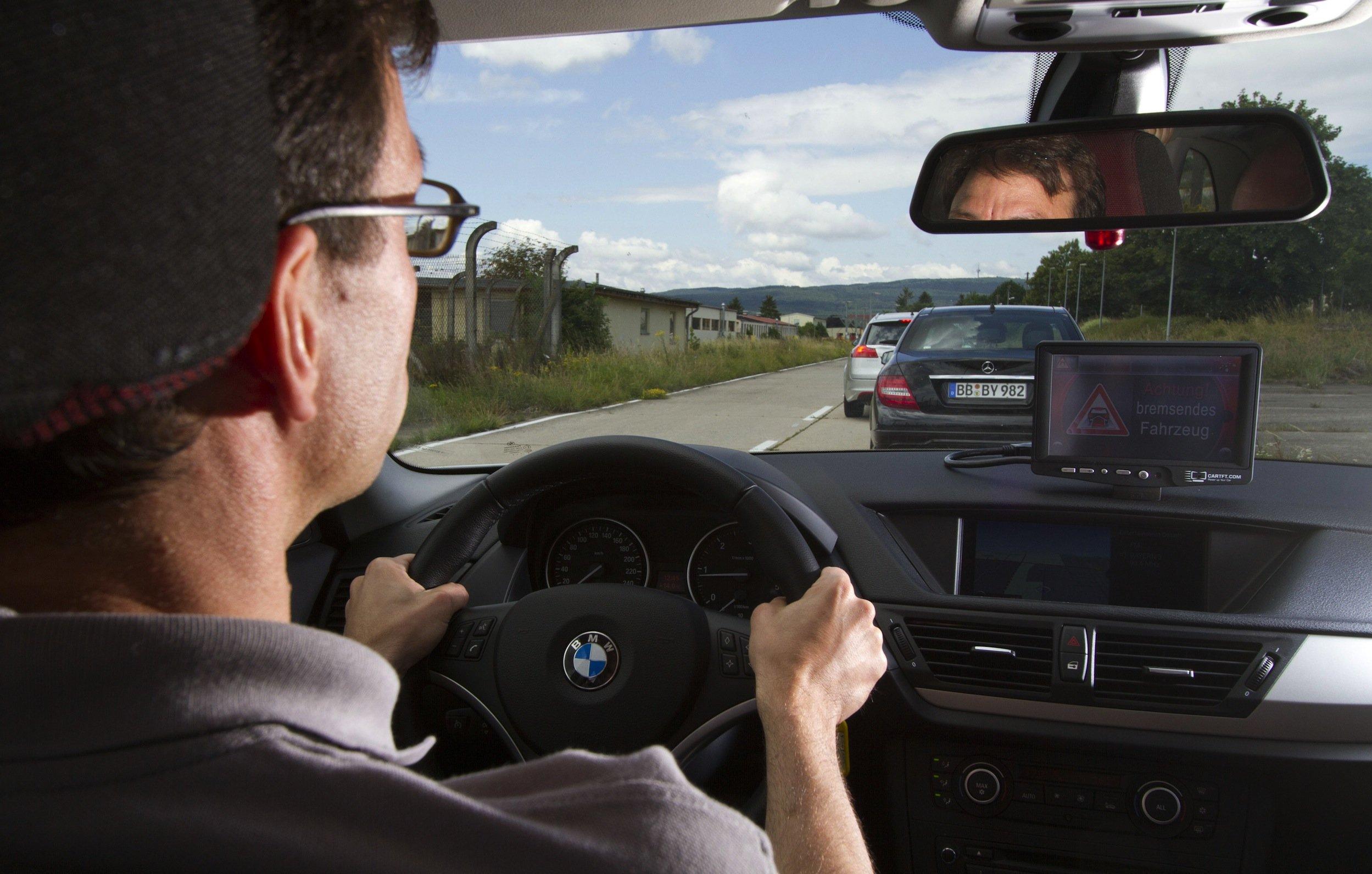 Schon 2015 sollen die ersten vernetzten Autos auf den Markt kommen. IT-Spezialisten warnen allerdings davon, dass die offenen Systeme auch anfällig für Manipulationen sind.