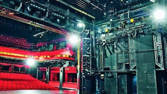 Im Bühnenraum eines Theaters wie im Arbeitsbereich eines Industrieroboters müssen Menschen vor beweglichen Lasten geschützt werden. Sicherheitskonzepte per Softwaresteuerung können Effizienz und Unfallschutz deutlich verbessern.