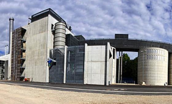 In Senden (Bayerisch-Schwaben) steht Deutschlands größtes Holzvergaser-Blockheizkraftwerk (BHKW).Betreiber sind die länderübergreifenden Stadtwerke Ulm/Neu-Ulm GmbH.