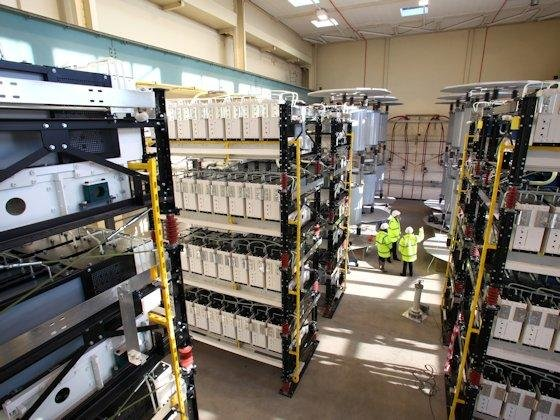 Die 25-MW-Demonstrationsanlage eines Voltage-Source-Converters im Alstom-Werk in Stafford, Großbritannien. Die Leistungselektronik wird im zukünftigen Übertragungsnetz Wechselstrom in Gleichstrom und zurück wandeln.